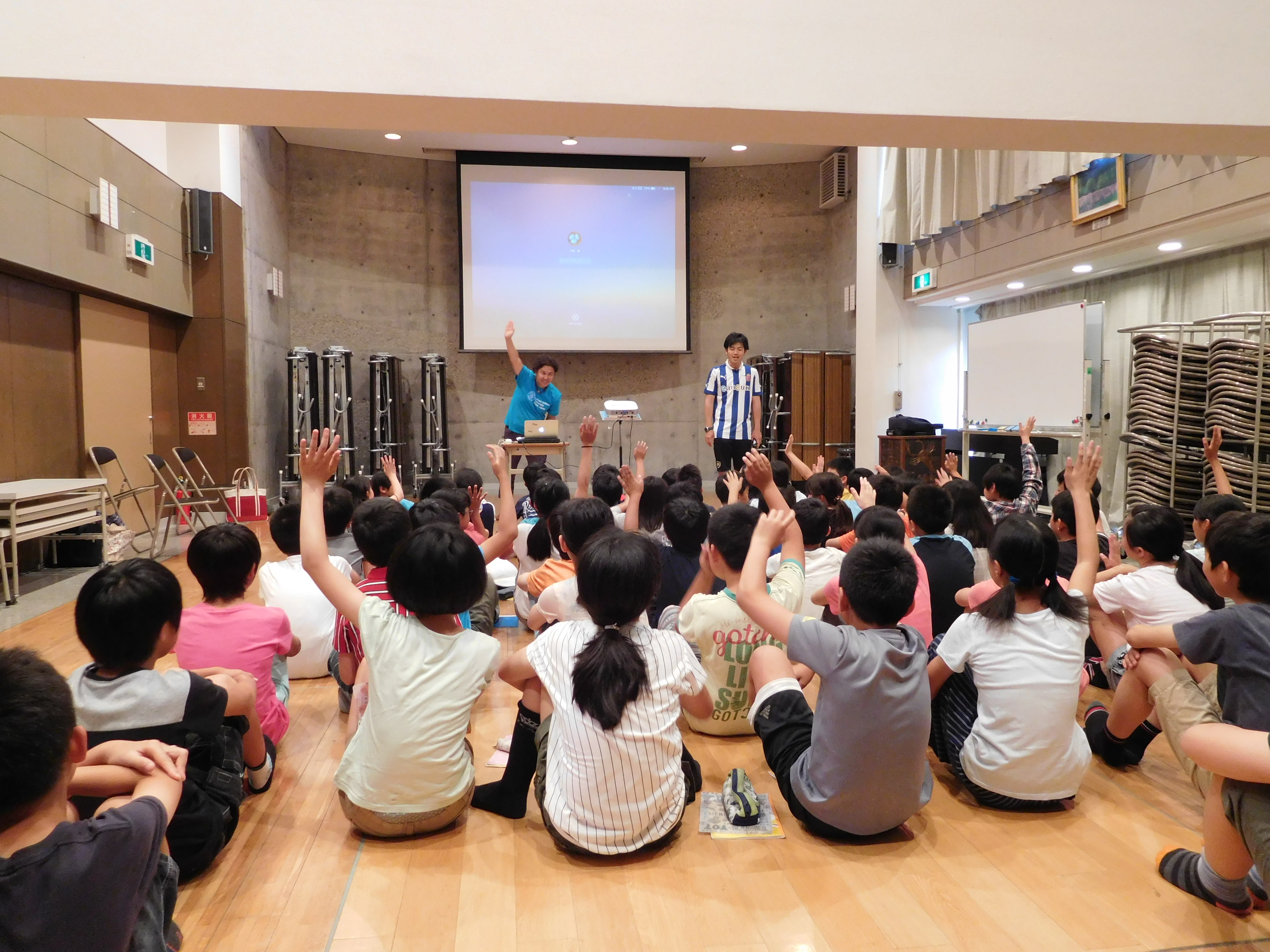 星田小学校でのプレゼンテーションのようす