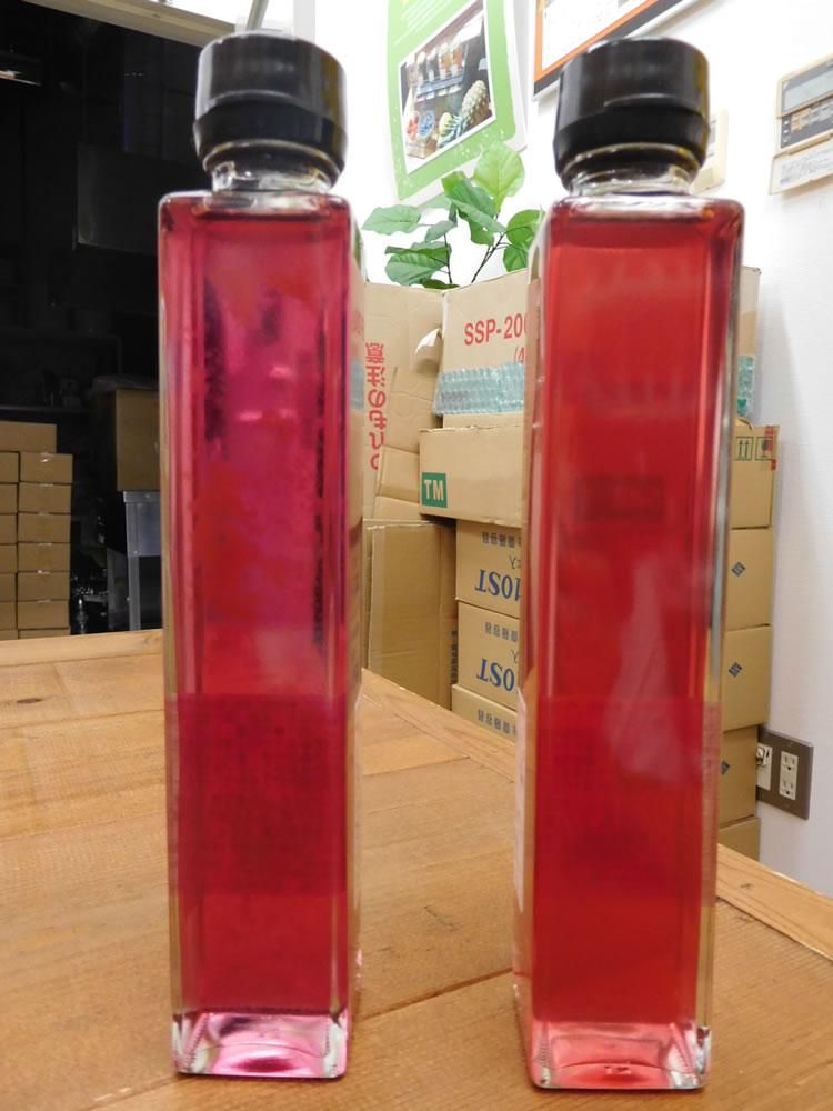 素材の紫色が鮮やかに醸し出されたナチュラル感満載のシロップ(左)とビネガー(右)